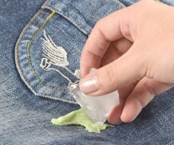 Как убрать с джинсов жвачку