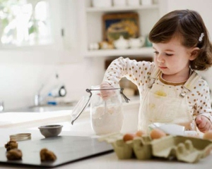Чем можно занять ребенка на кухне