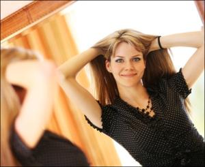 Смотрите в зеркало в приподнятом настроении